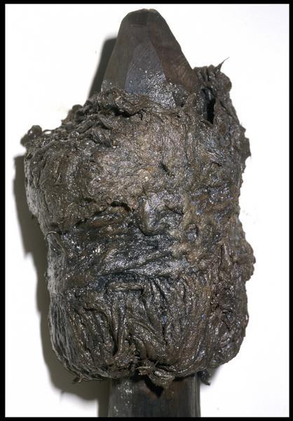 Vue de détail de la tête d'un boutefeu de bois et de végétaux (fouille M. L'Hour/Drassm, E. Veyrat/Drassm).