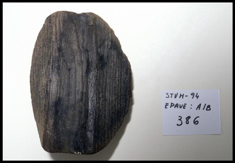 Vue d'une pièce de bois d'accastillage (fouille M. L'Hour/Drassm, E. Veyrat/Drassm).