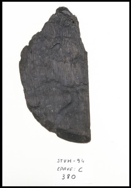 Vue d'un fragment de bois de fond de tonneau (fouille M. L'Hour/Drassm, E. Veyrat/Drassm).