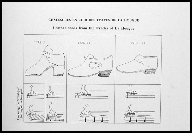 Vue des différents types de chaussures et de couture trouvées sur les épaves (fouille M. L'Hour/Drassm, E. Veyrat/Drassm).