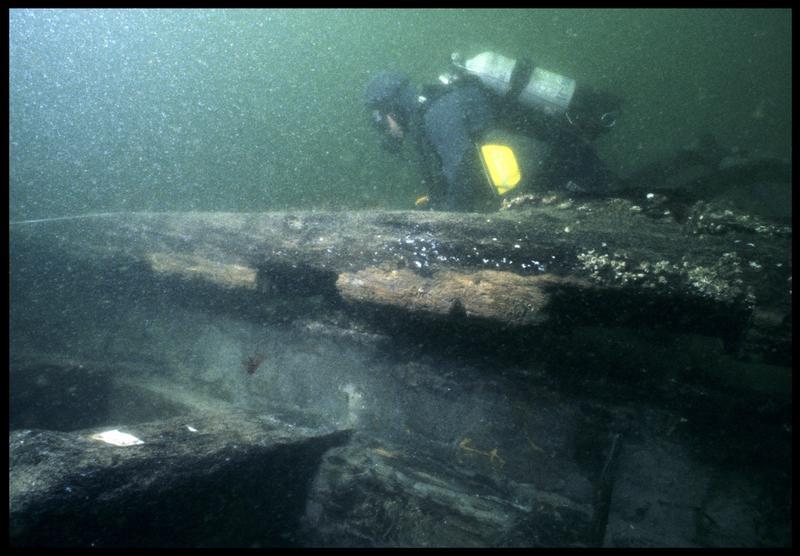 Vue sous-marine d'un plongeur au dessus de la carène (fouille M. L'Hour/Drassm, E. Veyrat/Drassm).