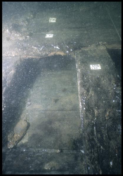 Vue sous-marine de détail de la carène entre les membrures 109 et 110 (fouille M. L'Hour/Drassm, E. Veyrat/Drassm).