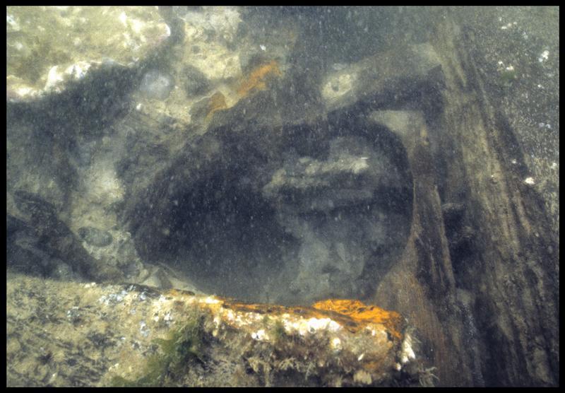 Vue sous-marine de détail d'un trou de pompe de la carène (fouille M. L'Hour/Drassm, E. Veyrat/Drassm).
