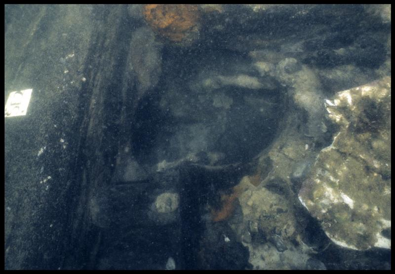 Vue sous-marine de détail du trou de la pompe au niveau de la serre 2 (fouille M. L'Hour/Drassm, E. Veyrat/Drassm).
