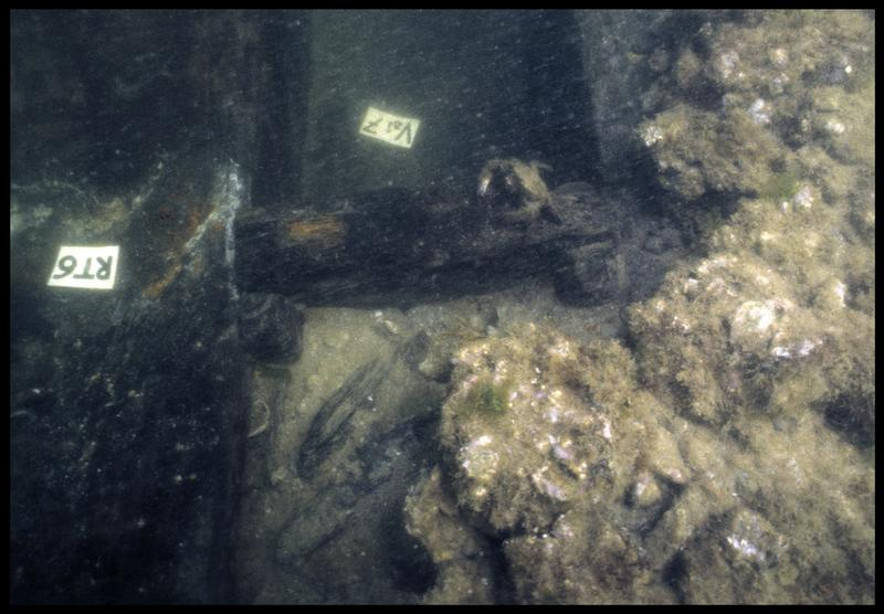 Vue sous-marine de détail de la carène au niveau des vaigres 6 et 7 (fouille M. L'Hour/Drassm, E. Veyrat/Drassm).