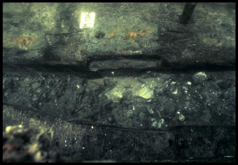 Vue sous-marine de détail de la carène au niveau de la membrure 106 (fouille M. L'Hour/Drassm, E. Veyrat/Drassm).