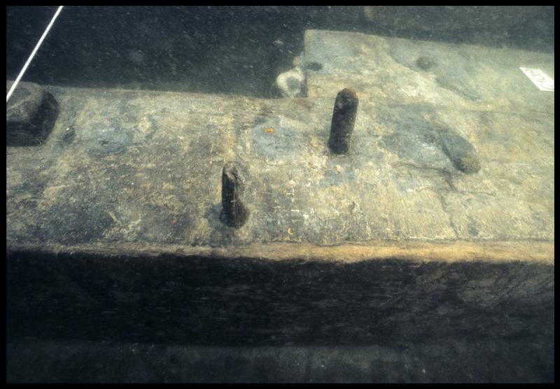 Vue sous-marine de détail du chevillage de la membrure 109 (fouille M. L'Hour/Drassm, E. Veyrat/Drassm).