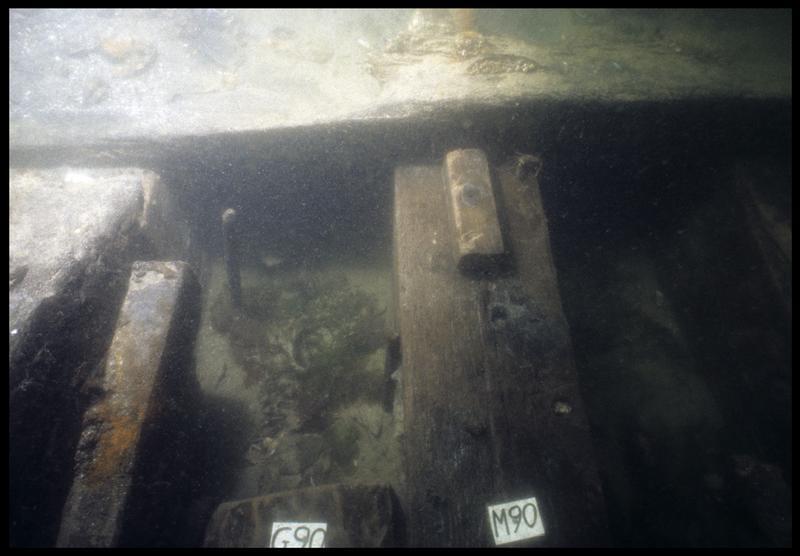 Vue sous-marine de détail de la membrure 90 (fouille M. L'Hour/Drassm, E. Veyrat/Drassm).