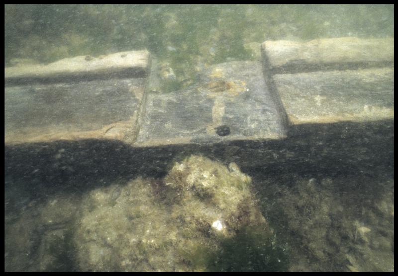 Vue sous-marine de détail de la liaison des membrures de la carène (fouille M. L'Hour/Drassm, E. Veyrat/Drassm).