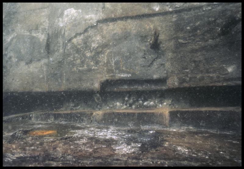 Vue sous-marine de détail du chevillage des vaigres (fouille M. L'Hour/Drassm, E. Veyrat/Drassm).