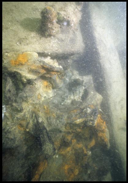 Vue sous-marine d'une concrétion métallique in situ (fouille M. L'Hour/Drassm, E. Veyrat/Drassm).