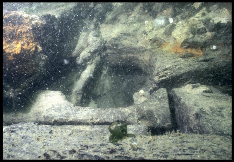 Vue sous-marine de détail de la carène au niveau du trou de pompage (fouille M. L'Hour/Drassm, E. Veyrat/Drassm).
