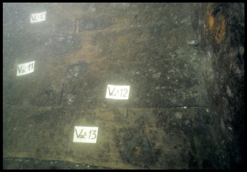 Vue sous-marine de détail de la carène au niveau des vaigres 10 à 13 (fouille M. L'Hour/Drassm, E. Veyrat/Drassm).