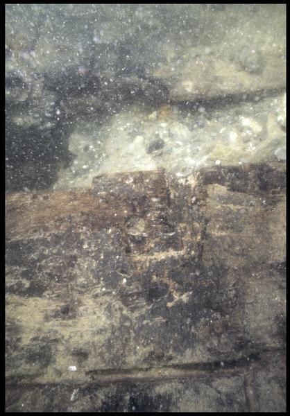 Vue sous-marine de détail d'une pièce de la carène (fouille M. L'Hour/Drassm, E. Veyrat/Drassm).