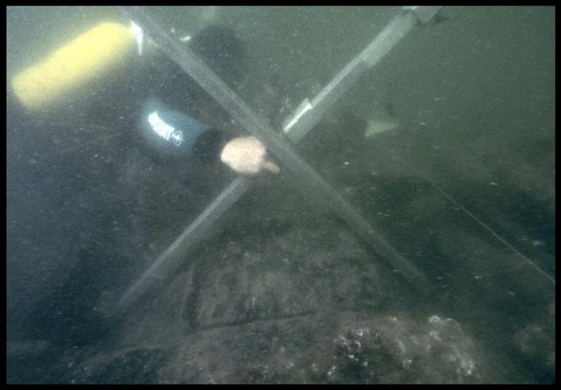 Vue sous-marine d'un plongeur lors du prélèvement et démontage de la carène (fouille M. L'Hour/Drassm, E. Veyrat/Drassm).