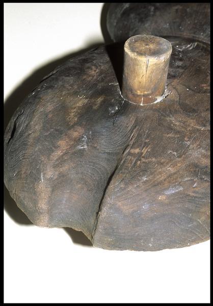 Vue de détail de la marque du cordage sur une poulie violon de bois (fouille M. L'Hour/Drassm, E. Veyrat/Drassm).