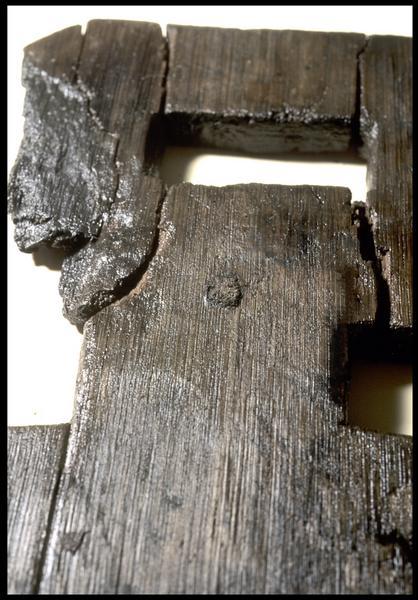 Vue de détail d'un élément de bois (fouille M. L'Hour/Drassm, E. Veyrat/Drassm).
