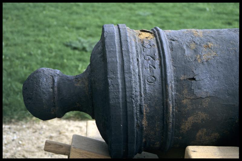 Vue de détail d'un canon marqué 2640 (fouille M. L'Hour/Drassm, E. Veyrat/Drassm).