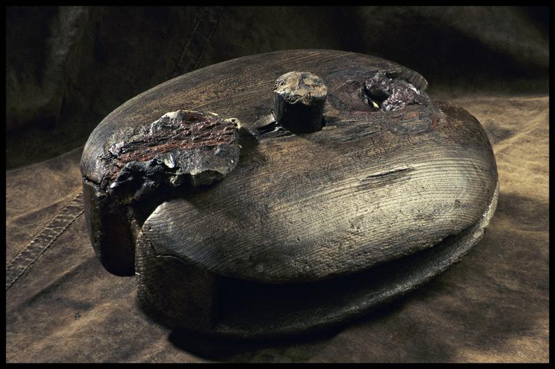 Vue d'une poulie de drisse en bois (fouille M. L'Hour/Drassm, E. Veyrat/Drassm).