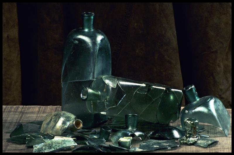 Vue d'un ensemble de bouteilles de verre carrées (fouille M. L'Hour/Drassm, E. Veyrat/Drassm).