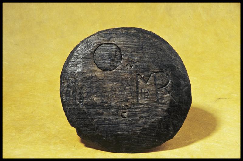 Vue d'un élément de bois marqué des initiales MR et HB (fouille M. L'Hour/Drassm, E. Veyrat/Drassm).