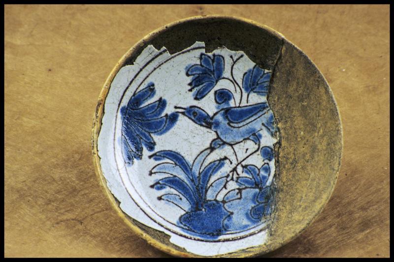 Vue d'un bol de faïence avec un décor bleu d'oiseau (fouille M. L'Hour/Drassm, E. Veyrat/Drassm).