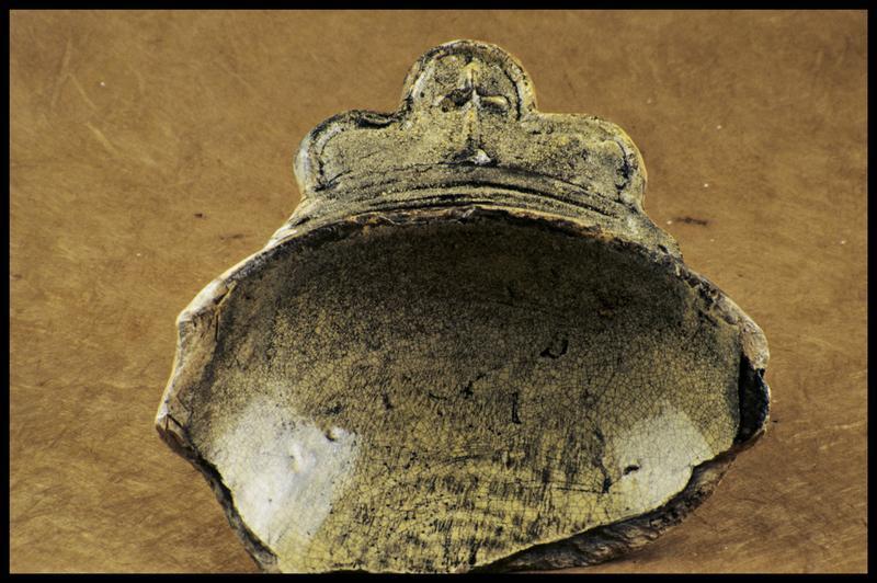 Vue d'un fragment de bol à oreille ornée d'une croix, vernis jaune (fouille M. L'Hour/Drassm, E. Veyrat/Drassm).