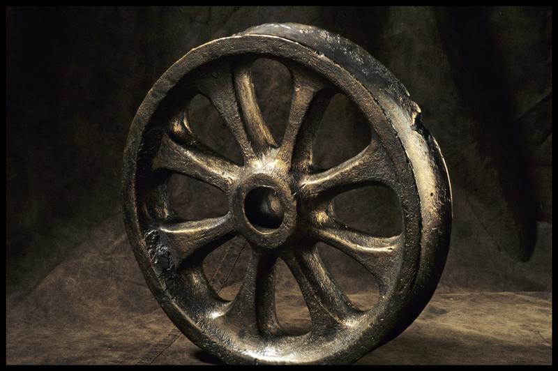 Vue d'une roue de bois (fouille M. L'Hour/Drassm, E. Veyrat/Drassm).