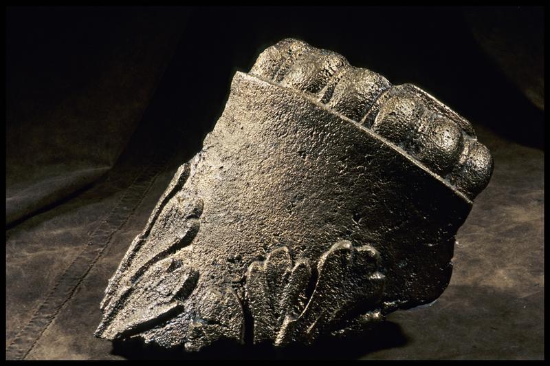 Vue d'un élément métallique orné de feuilles (fouille M. L'Hour/Drassm, E. Veyrat/Drassm).