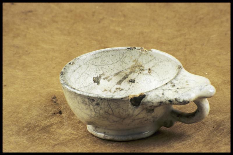 Vue d'une tasse à anse trilobée de faïence blanche (fouille M. L'Hour/Drassm, E. Veyrat/Drassm).