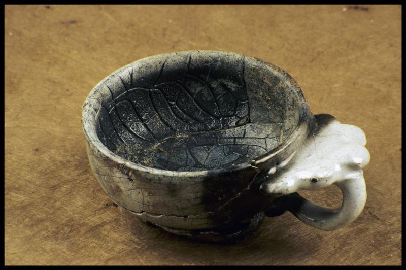 Vue d'une tasse à anse trilobée en faïence blanche (fouille M. L'Hour/Drassm, E. Veyrat/Drassm).