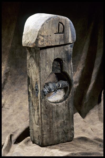 Vue d'un élément de bois avec une marque gravé D (fouille M. L'Hour/Drassm, E. Veyrat/Drassm).