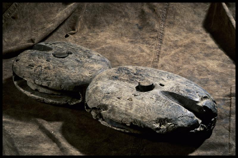 Vue d'une poulie double de bois (fouille M. L'Hour/Drassm, E. Veyrat/Drassm).