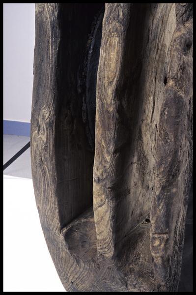 Vue de détail d'une poulie de drisse en bois (fouille M. L'Hour/Drassm, E. Veyrat/Drassm).