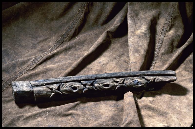 Vue d'un élément orné (décor) en bois (fouille M. L'Hour/Drassm, E. Veyrat/Drassm).