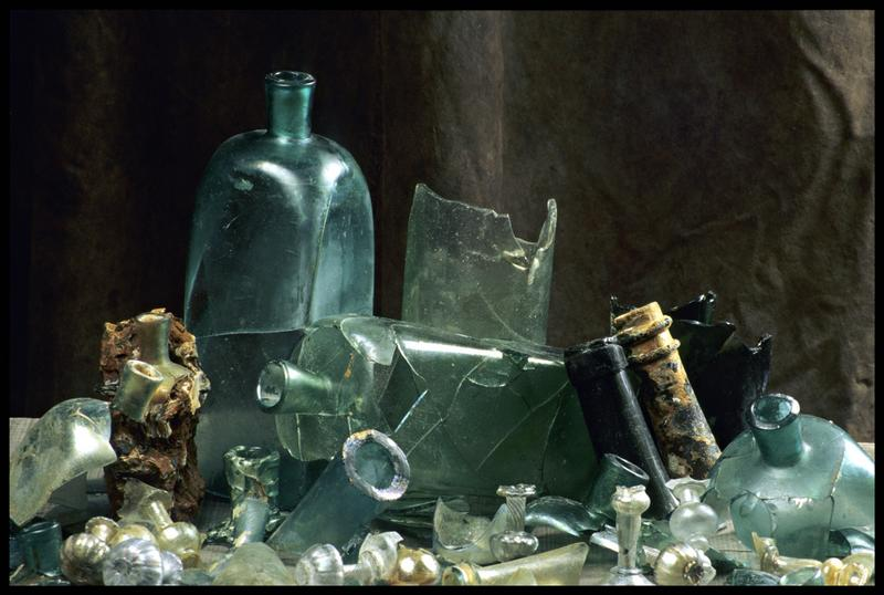 Vue des divers éléments de verrerie trouvée (bouteille, carafe, verre) (fouille M. L'Hour/Drassm, E. Veyrat/Drassm).
