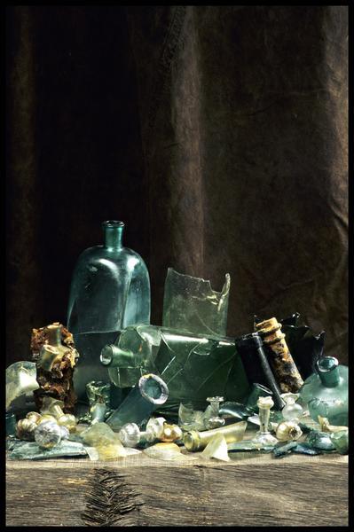 Vue de différents éléments de verrerie découverte (bouteille, carafe, verre) (fouille M. L'Hour/Drassm, E. Veyrat/Drassm).