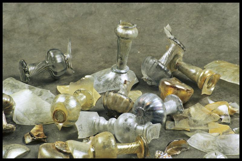 Vue des différents éléments des verres à pied découverts (fouille M. L'Hour/Drassm, E. Veyrat/Drassm).
