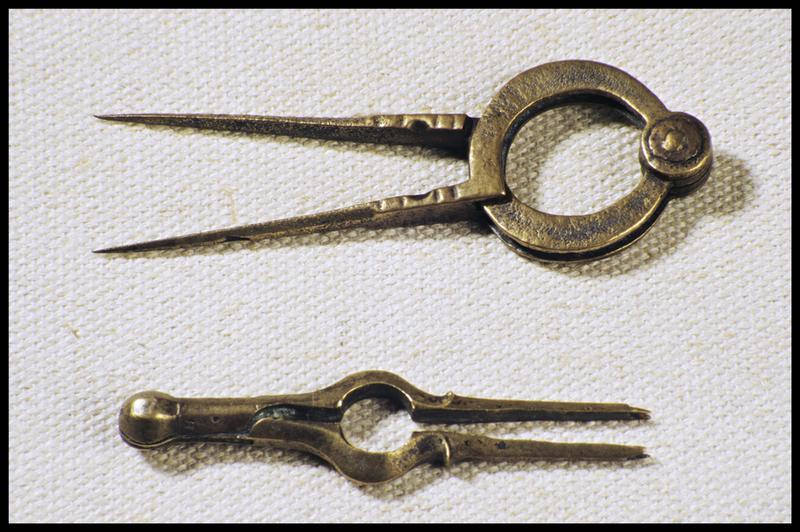 Vue de deux instruments de navigation (pointe séche et compas) en laiton (fouille M. L'Hour/Drassm, E. Veyrat/Drassm).