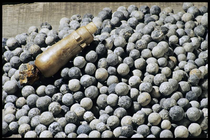 Vue d'un élément de bois et de balles de plomb (fouille M. L'Hour/Drassm, E. Veyrat/Drassm).