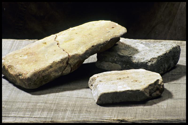 Vue de trois briques de terre cuite (fouille M. L'Hour/Drassm, E. Veyrat/Drassm).