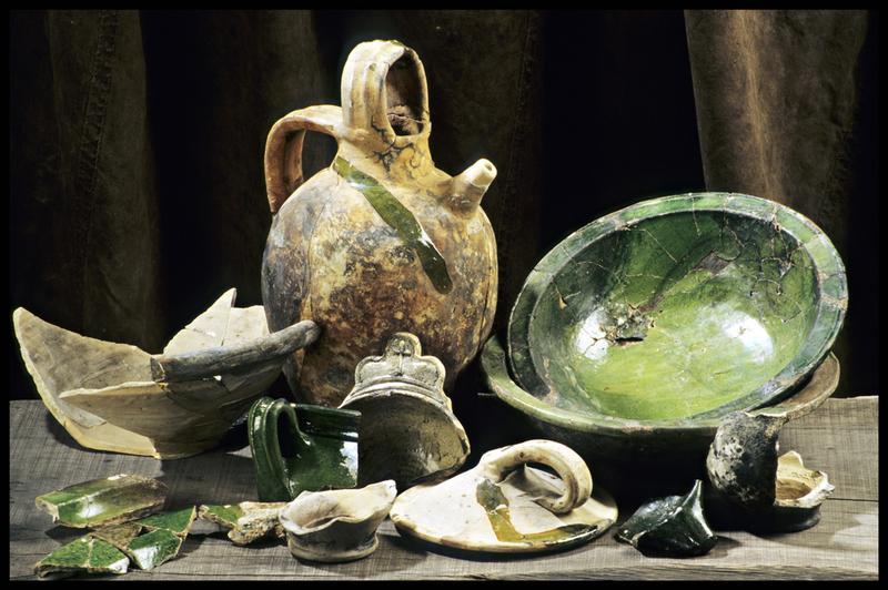 Vue de divers éléments de céramique à vernis vert (bol, saladier, cruche) (fouille M. L'Hour/Drassm, E. Veyrat/Drassm).