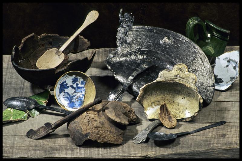 Vue de divers éléments de cuisine en bois (cuillère, bol, plat), métal (cuillère, plat) et céramique à vernis vert ou de faïence décoré (oiseau ou personnage) (fouille M. L'Hour/Drassm, E. Veyrat/Drassm).