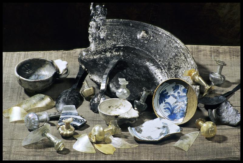Vue de divers éléments de verre (verre à pied), métal (cuillère, plat) et de faïence blanche (bol) ou ornée (oiseau ou personnage) (fouille M. L'Hour/Drassm, E. Veyrat/Drassm).