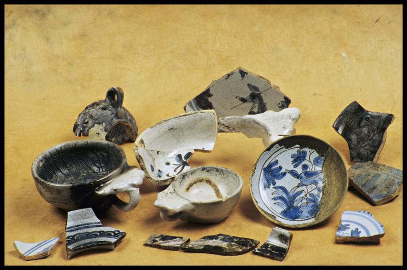 Vue de divers éléments de faïence blanche (tasse à anse trilobée) et orné d'oves, d'oiseau ou de personnage bleu (fouille M. L'Hour/Drassm, E. Veyrat/Drassm).