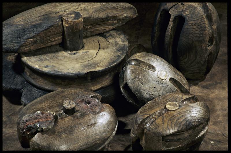 Vue d'un lot de six poulies de bois (fouille M. L'Hour/Drassm, E. Veyrat/Drassm).