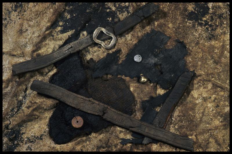 Vue de trois ceintures de cuir, de fragments de tissus, d'un grelot et d'une boucle de métal et de deux boutons de bois et de métal (fouille M. L'Hour/Drassm, E. Veyrat/Drassm).