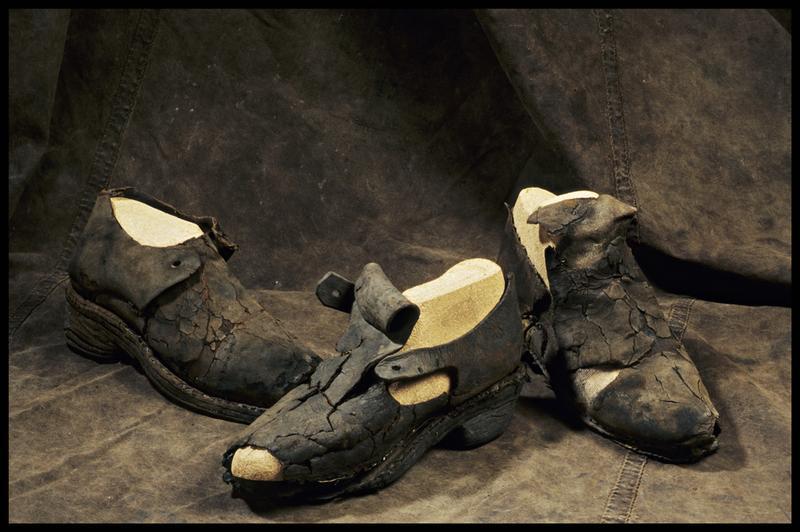 Vue de trois chaussures de cuir Vue de trois ceintures de cuir, de fragments de tissus, d'un grelot et d'une boucle de métal et de deux boutons de bois et de métal (fouille M. L'Hour/Drassm, E. Veyrat/Drassm).