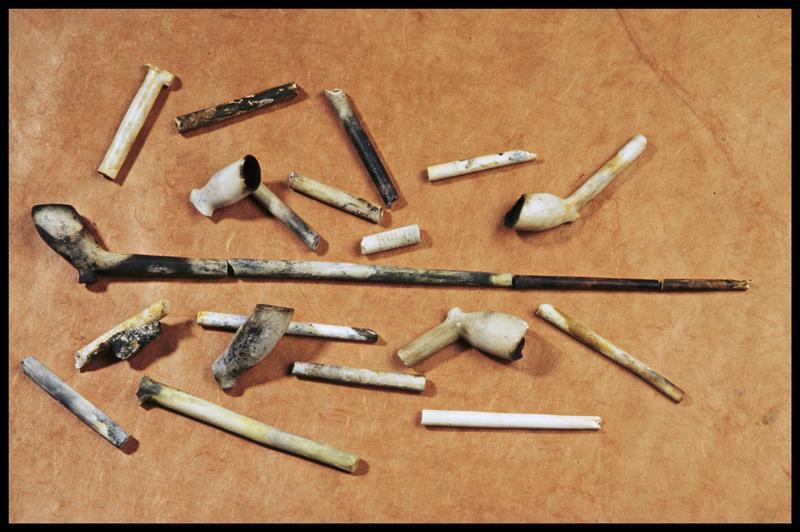Vue d'un lot de pipes d'écume (fouille M. L'Hour/Drassm, E. Veyrat/Drassm).