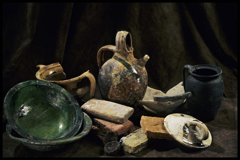Vue des divers éléments de céramique découverts (brique, saladier, cruche, pichet, couvercle) (fouille M. L'Hour/Drassm, E. Veyrat/Drassm).